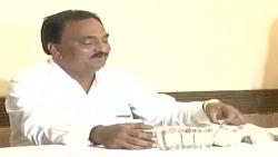 Gujarat Patidar leader presents wads of notes