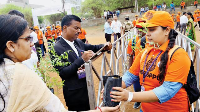 Pune varsity attempts world record for distributing saplings