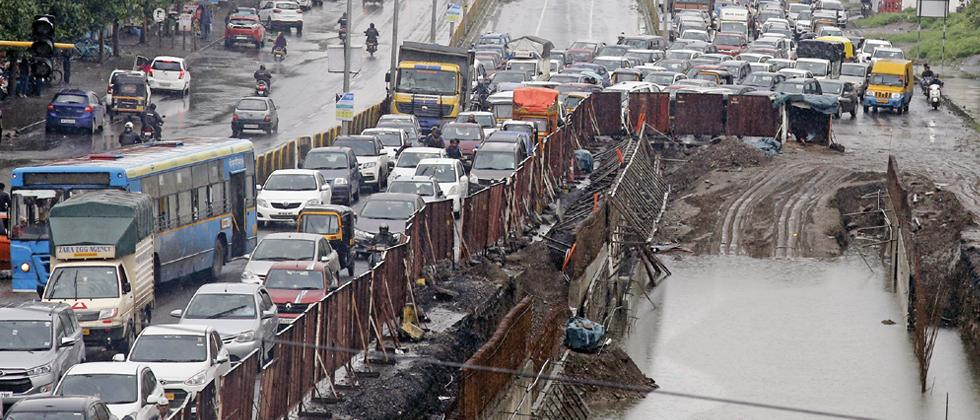Commuters stuck in a jam from Jagtap Dairy to Shivar Chowk. (Pic: Vaibhav Thombare)