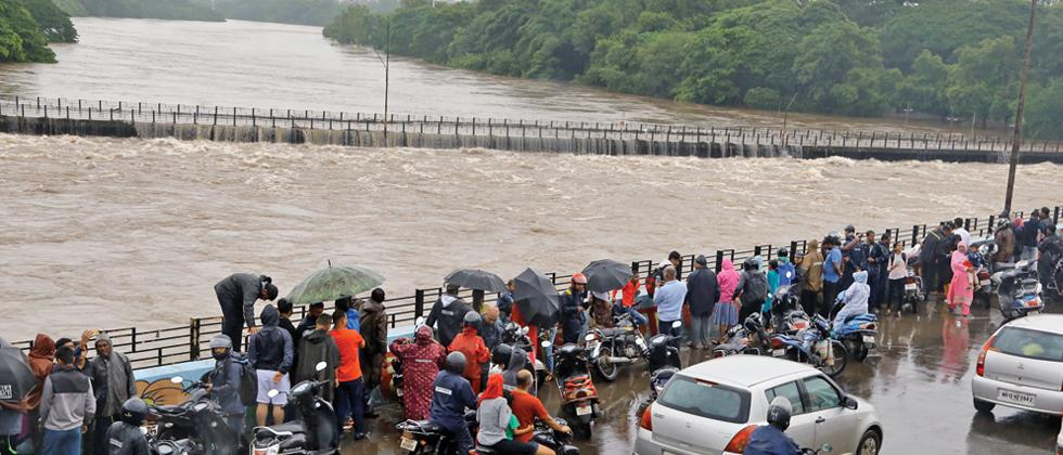 HIGH TIDE: The swelling Mula river was touching the Holkar bridge near Khadki on Monday, attracting many onlookers. (Pic: Mukkund Bhute)