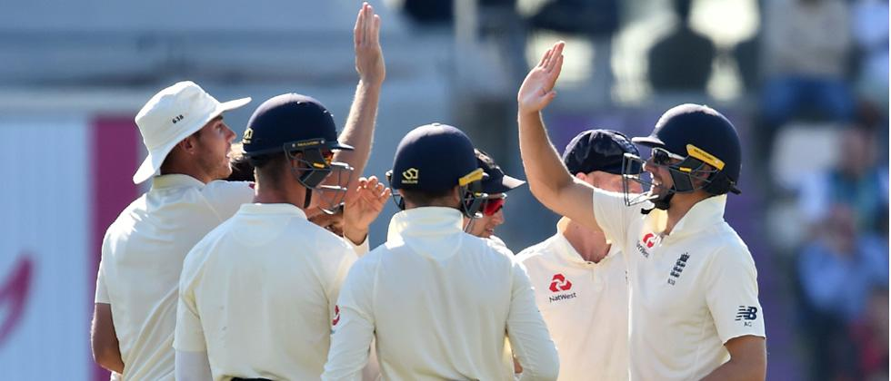 England's Alastair Cook (R) celebrates with teammates after catching India's captain Virat Kohli during play on the fourth day of the fourth Test cricket match between England and India at the Ageas Bowl in Southampton, southwest England on Friday.