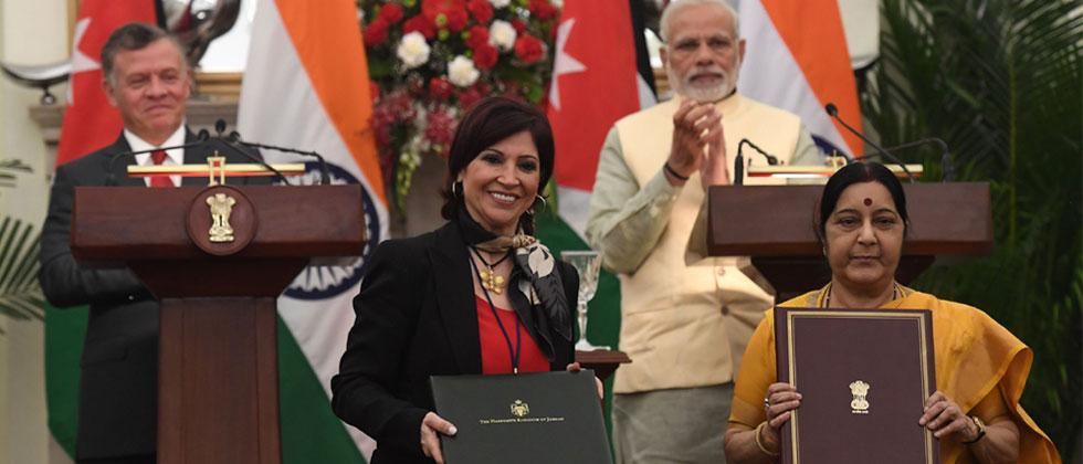 Narendra Modi and Jordanian King Abdullah II watch as Indian Foreign Minister Sushma Swaraj poses Jordan's Minister of Information Majd Shweikeh as they exchange bilateral agreement signing documents during a meeting in New Delhi. Photo-Prakash Singh/AFP