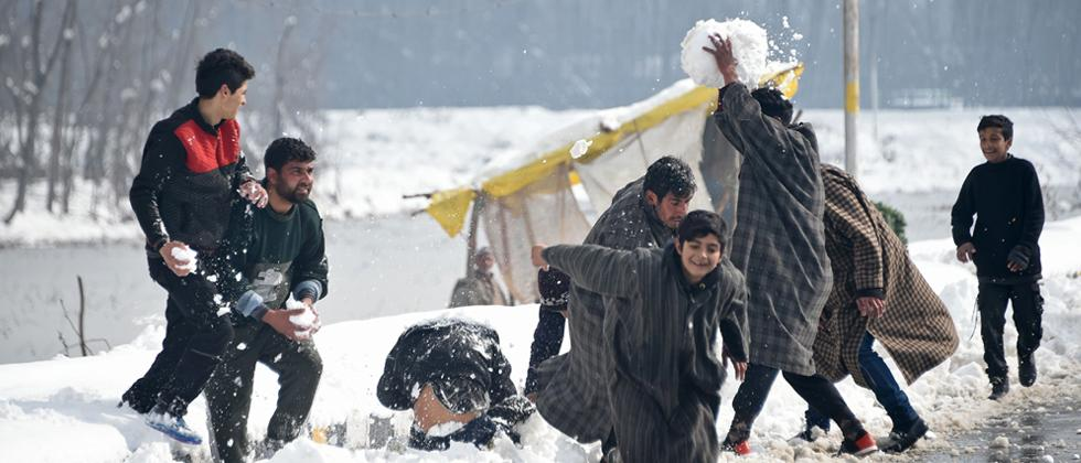 Heavy snowfall cuts off Kashmir from rest of country