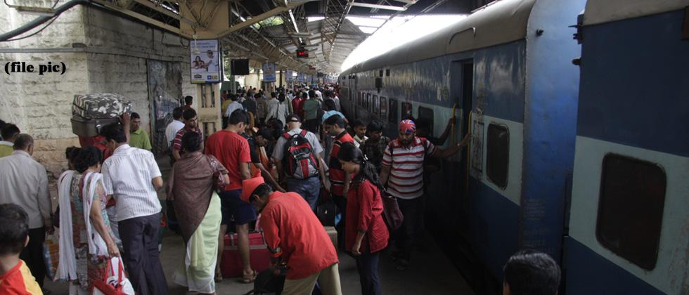 Railway vendors seek tips from passengers in spite of warnings
