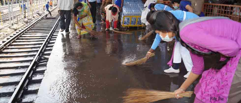 Cleanliness drive by CISF, Railways