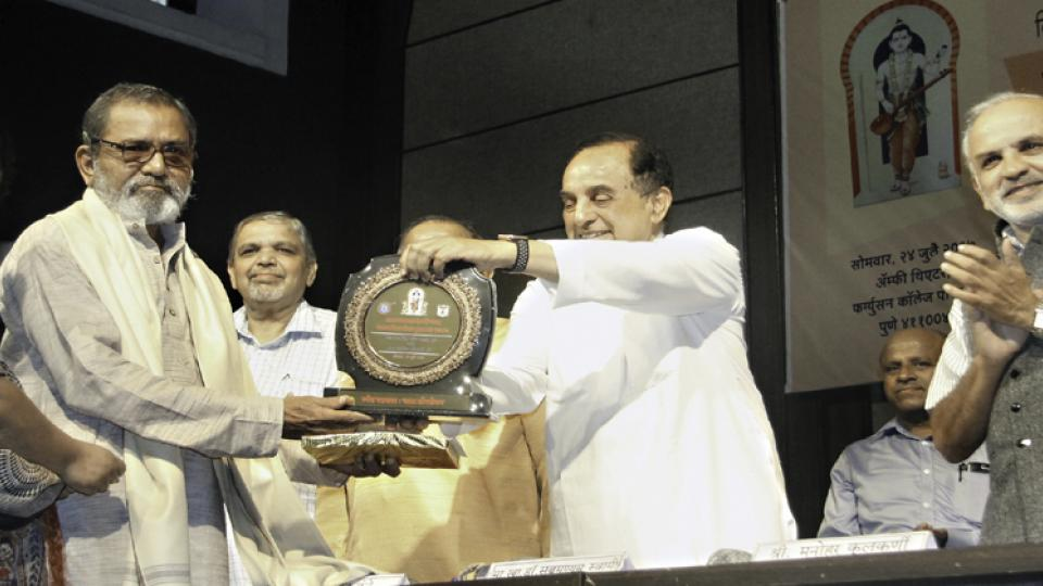 Rajya Sabha member and BJP leader Subramaniam Swamy presenting the 'Devarshi Narad Patrakarita Gaurav Award' to Bhau Torsekar at Fergusson College on Monday.