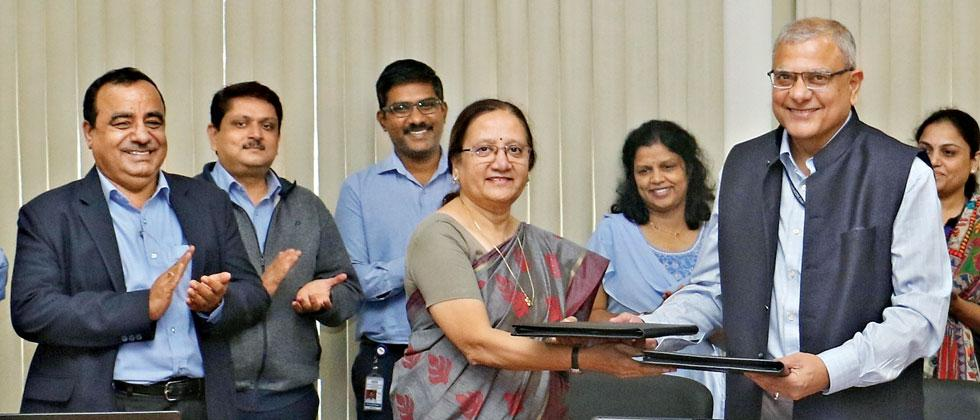 An MoU was signed by Rashmi Urdhwareshe, Director, ARAI and Prof AK Nangia, Director, CSIR–NCL. (L to R) MR Saraf, Rashmi Urdhwareshe and Prof AK Nangia