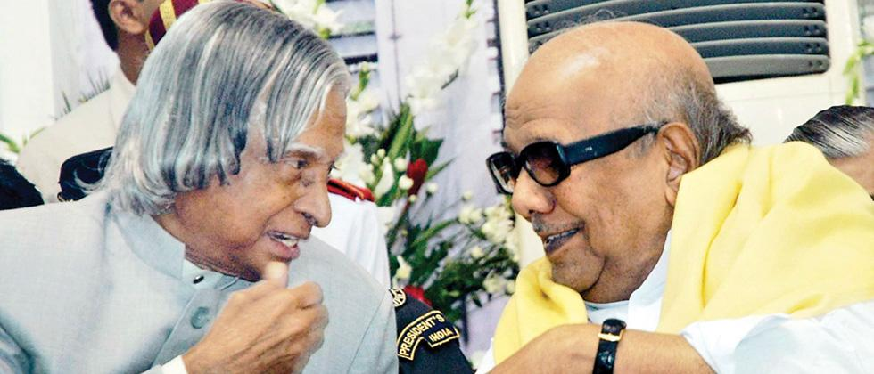 Karunanidhi shares a light moment with (late) APJ Abdul Kalam.