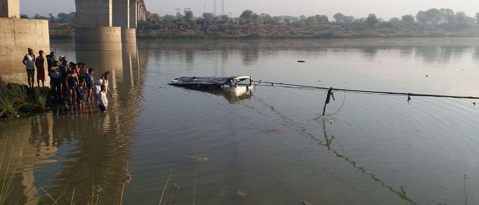 An Indian bus is pulled from the Banas River after a deadly accident in Sawai Madhopur, some 160 kilometres (100 miles) from Jaipur in Rajasthan state, on December 23, 2017. At least 32 people were killed on December 23 when their bus swerved off a bridge
