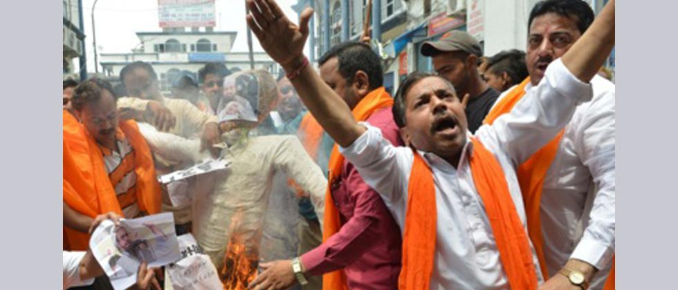 Indian activists from the right wing Hindu nationalist group Shiv Sena shout slogans as they burn an effigy of Jamaat-ud-Dawah chief Hafiz Saeed in Amritsar on July 11, 2017, following an attack on Hindu pilgrims in Kashmir.