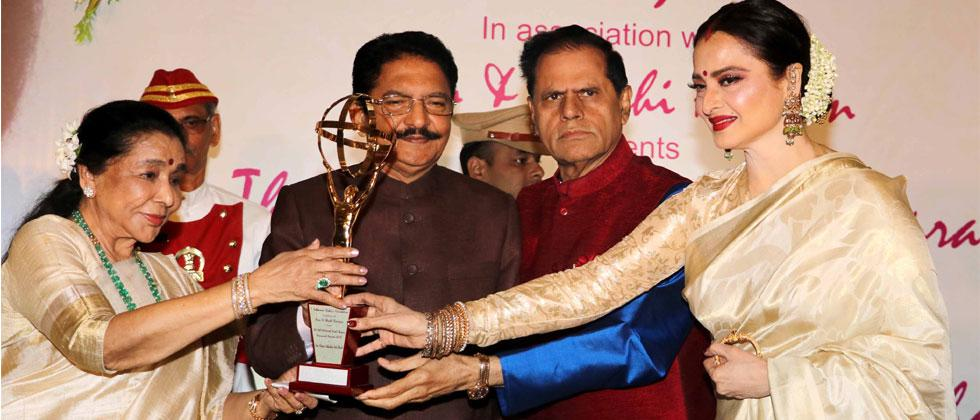 Maharashtra Governor Ch. Vidyasagar Rao and veteran actress Rekha present 5th Yash Chopra National Memorial Award, 2018 to legendary singer Asha Bhosle in Mumbai on Friday