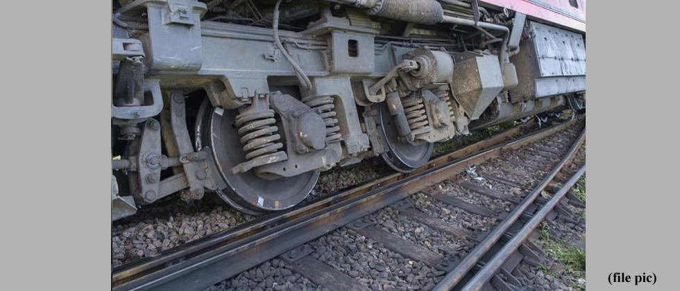 Six coaches of Manduadih Express derails in New Delhi