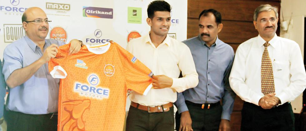 Force Motors' President of Sales and Marketing, Ashutosh Khosla (left) launching the Puneri Paltan jersey with captain Deepak Hooda. Others seen are Head Coach BC Ramesh (second from right) and Anurag Vohra, India Business Head, Kirloskar Brothers.