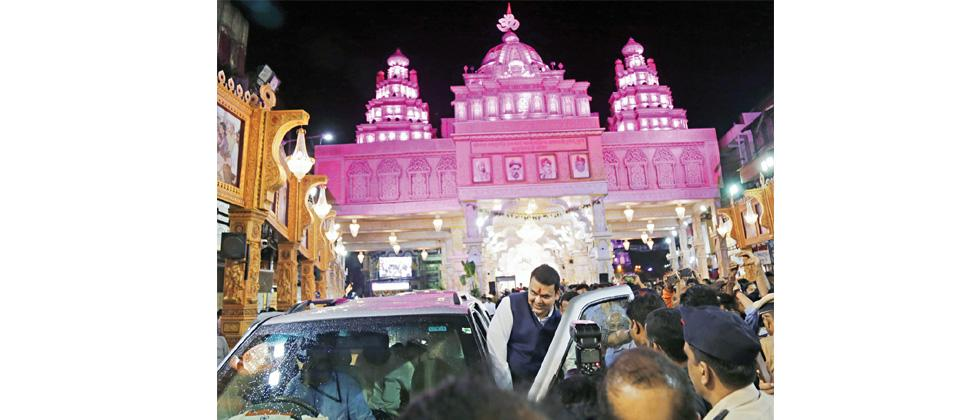 CM Fadnavis pays a special visit to the revered Ganesh mandals in Pune