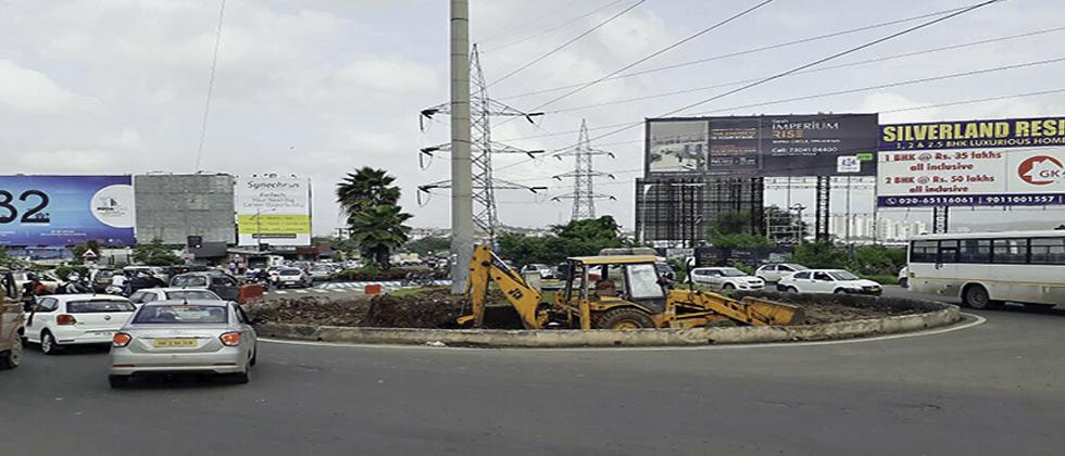The work of reducing traffic island at Wipro Circle in Phase 3 of Hinjawadi IT ParkIT park is in progress.