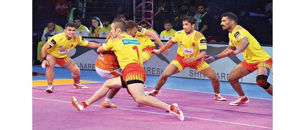 Puneri Paltan raider Rajesh Mondal tackled by Fazel Atrachali of Gujarat Fortunegiants in the PKL Season 5 match at Babu Banarasi Das Indoor Stadium in Lucknow on Tuesday.