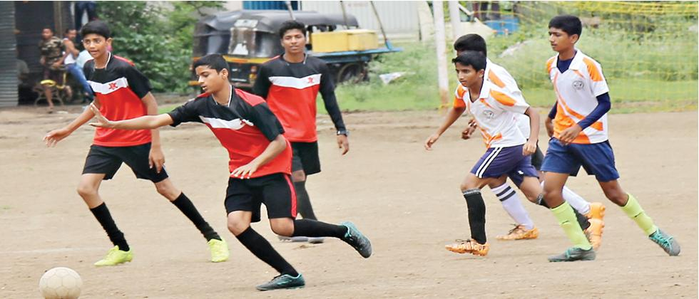 Players of SSPMS Day School (in white) in action against Apte Prashala during Round 3 of the Under-17 match at SSPMS ground on Sunday.