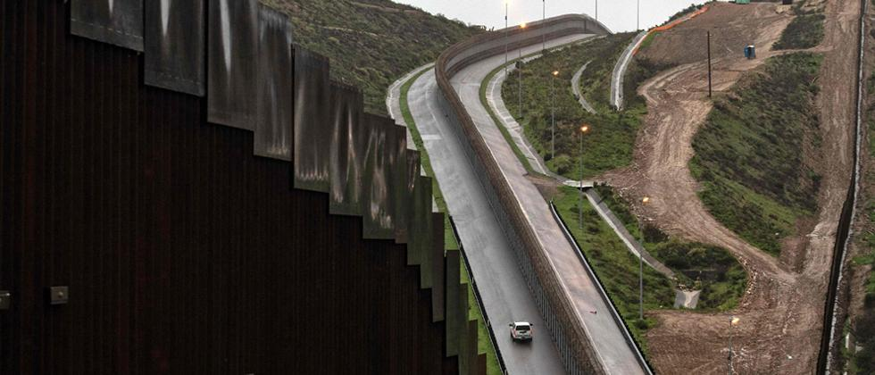 Trump declares national emergency to build border wall