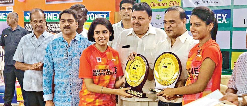 Mumbai shuttler Simran Singhi and Ritika Thaker from Nagpur receives Trophy
