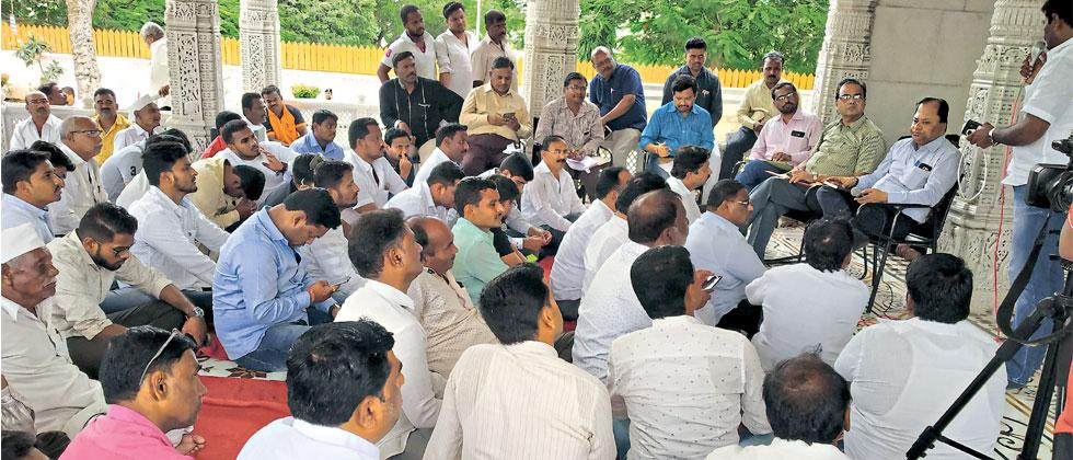 Fursungi villagers held a meeting with Additional Municipal Commissioner Rajendra Nimbalkar and civic officials over the issue of the garbage depot, on Wednesday