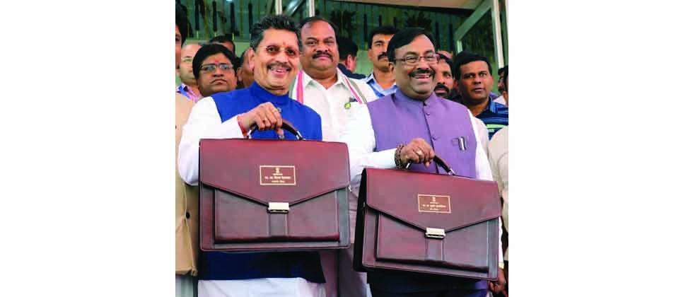 Maharashtra State finance minister Sudhir Mungantiwar and minister for state for finance Deepak Kesarkar arrive at Vidhan Bhavan to present Maharashtra state 2018-19 Budget on Friday.