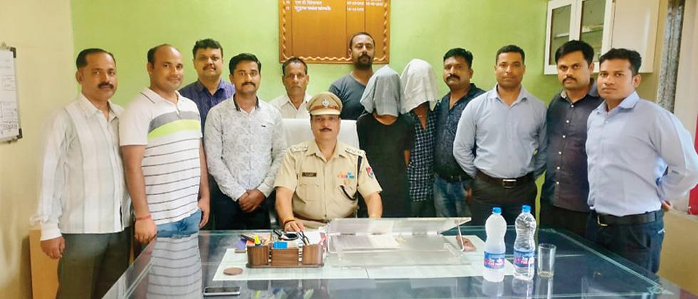BK Makraria, Assistant Security Commissoner and a team of RPF Pune division with the three arrested persons.
