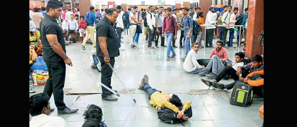 Bouncers of private company drive away miscreants from Pune station