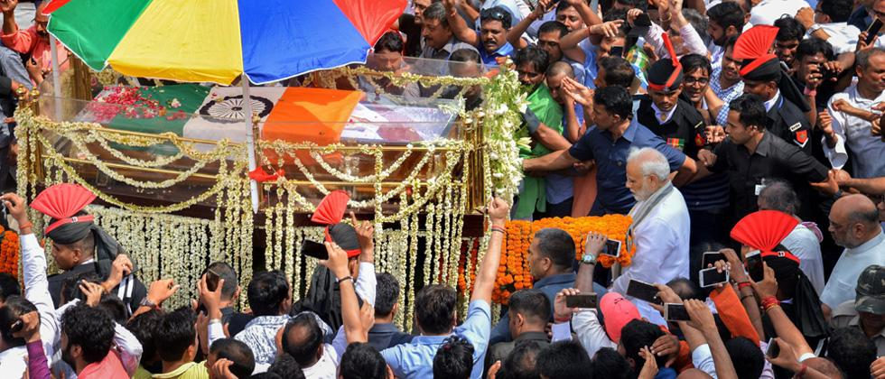 Sea of mourners join Vajpayee's funeral procession