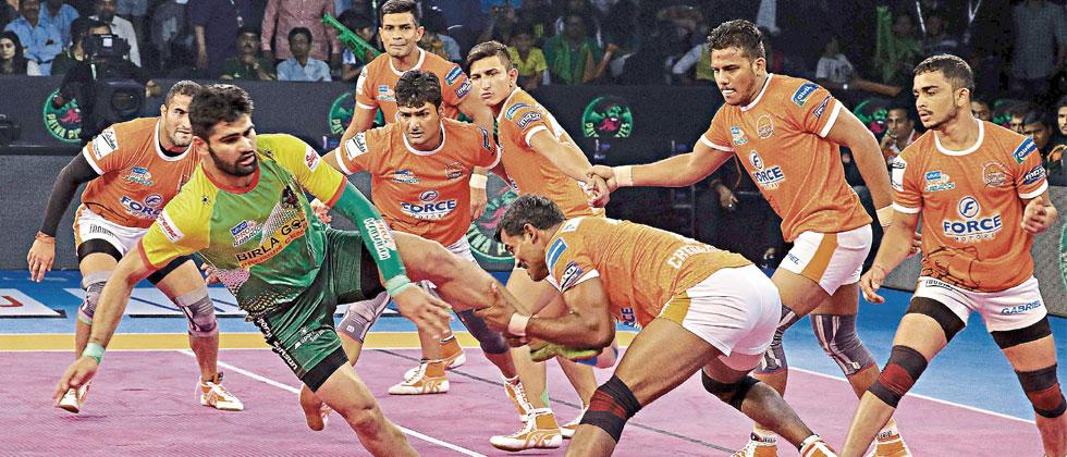 Patna Pirates raider Pardeep Narwal caught by Puneri Paltan defender Dharmaraj Cheralathan during the eliminator match of the Pro Kabaddi League Season 5