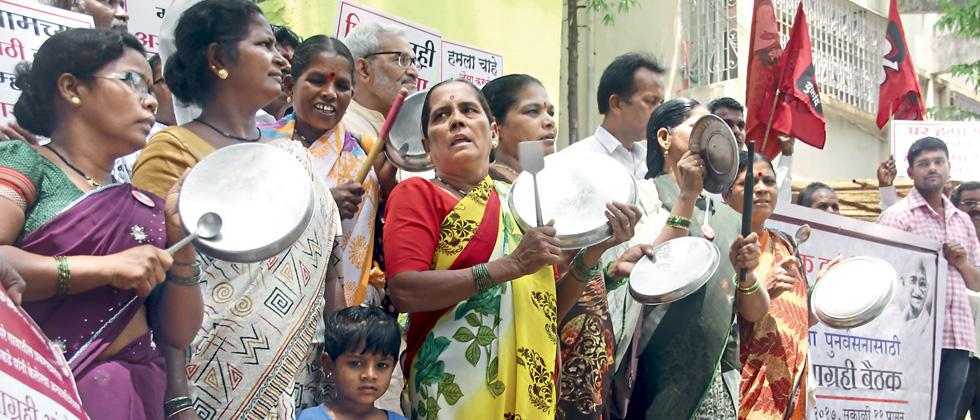 Around 100 protesters expressed their discontent by shouting slogans and clanking plates in front of Sanjay Kakade's office in Shivajinagar on Monday.