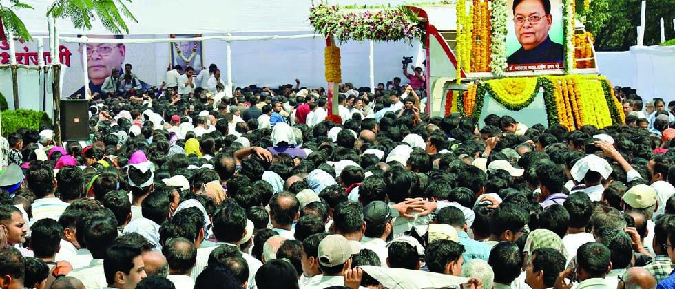 People gathered to pay homage to former minister Patangrao Kadam at Bharati Vidyapeeth campus on Saturday.