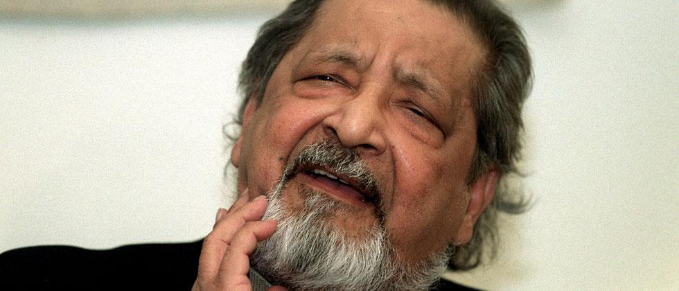 This picture taken on December 6, 2001 in Stockholm, Sweden, shows British writer VS Naipaul giving a press conference upon his arrival to Arlanda Airport, a few days prior to the Nobel prize award ceremony. Maja Suslin/TT News Agency/AFP