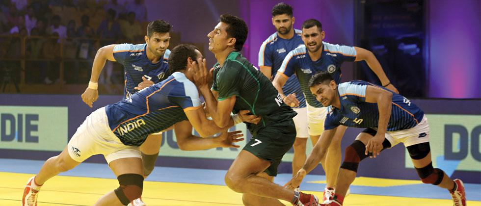 Indian defenders successfully tackle Pakistan raider