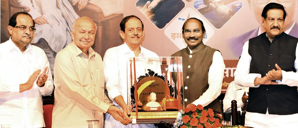 Lokmanya Tilak National Award was awarded to Chairman of ISRO K Sivan (2R), on 98th death anniversary of Lokmanya Bal Gangadhar Tilak, by Deepak Tilak. Former CM Prithviraj Chavan and Sushilkumar Shinde were the chief guests. Mukkund Bhute/Sakal Times