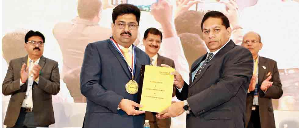 New beginnings: Rajiv Parikh (L), CREDAI (Maha) President with Shantilal Kataria.