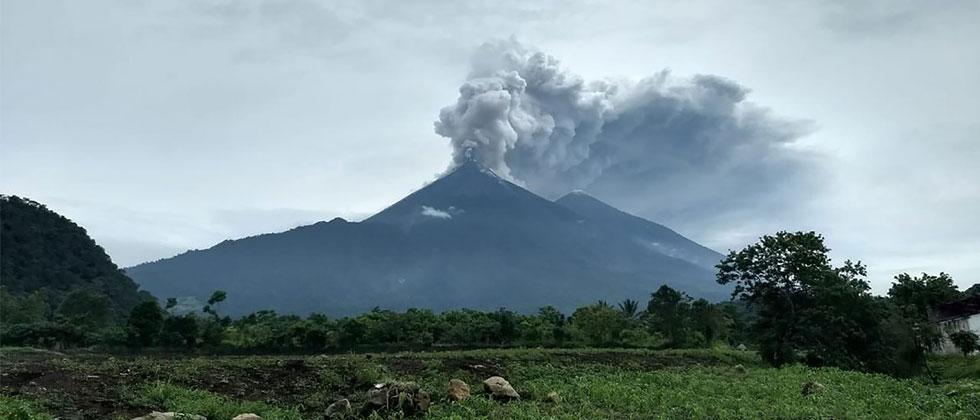 Handout picture released by the National Disaster Relief Agency of Guatemala shows Volcano Fuego during an eruptive pulse in El Rodeo, Guatemala on June 3, 2018. AFP PHOTO/CONRED/HO/PIB