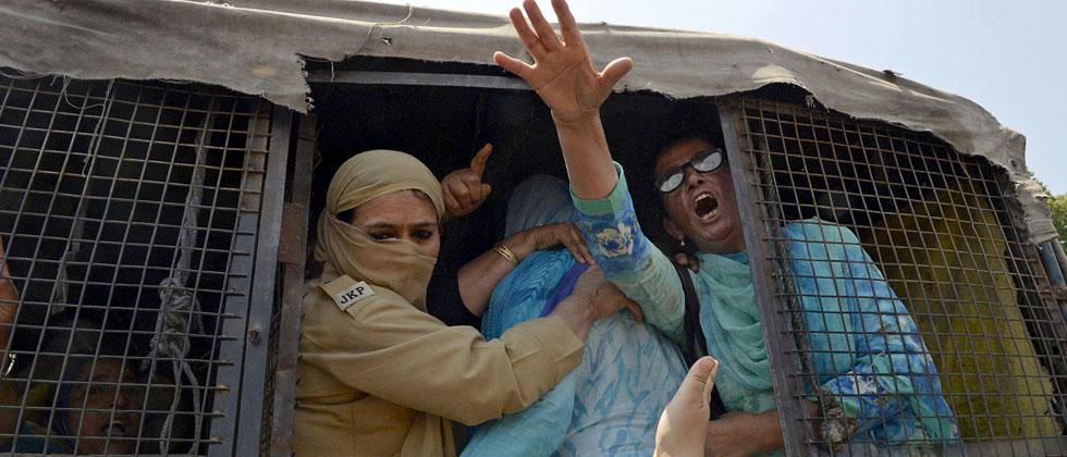 Indian police detain a Kashmiri 'Anganwadi', a government sponsored child and mother care worker, during an anti-government protest in Srinagar on May 30, 2018. Tauseef Mustafa/AFP