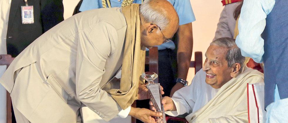 Dada JP Vaswani felicitates President Ram Nath Kovind at the inaugural ceremony of Sadhu Vaswani International School Pradhikaran at Sadhu Vaswani Mission, Camp on Wednesday