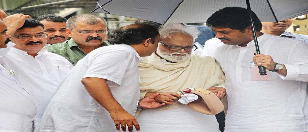 Former deputy chief minister Chhagan Bhujbal (2R) arrives at Vidhan Bhavan to cast his vote for the Presidential election on Monday.