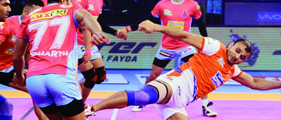 Wazir Singh of Haryana Steelers in action during their match against Jaipur Pink Panthers in Pro Kabaddi League Season 5 at the Harivansh Tana Bhagat Indoor Stadium in Ranchi on Thursday.