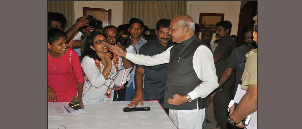 TN journalists denounce Governor for 'patting' lady reporter