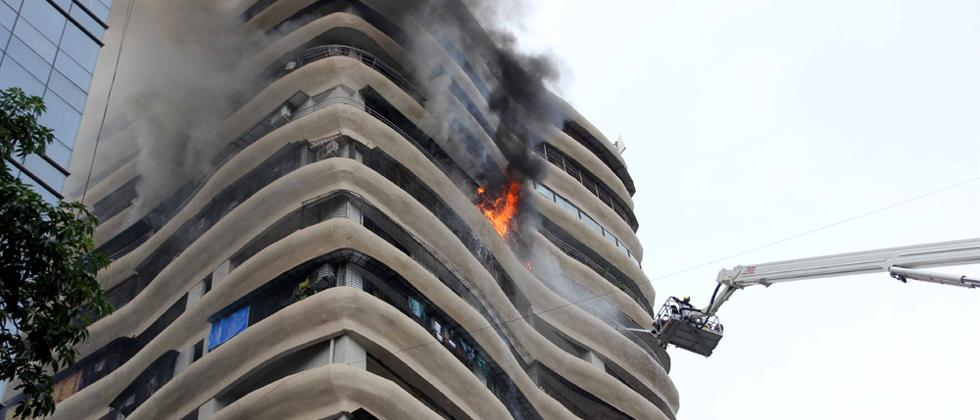 Major fire broke out in 17-storey Crystal Tower building at Hindmata in Parel on Wednesday morning. Pics by: Prashant Sawant
