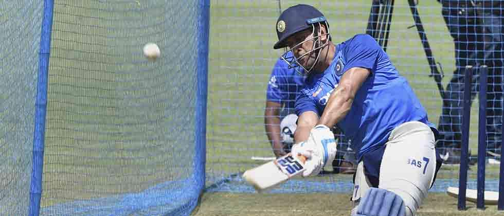 All eyes on Dhoni as India eye series win against Australia