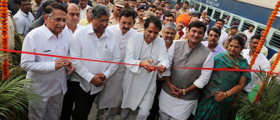 Prabhu inaugurates passenger amenities at Kolhapur rly stn