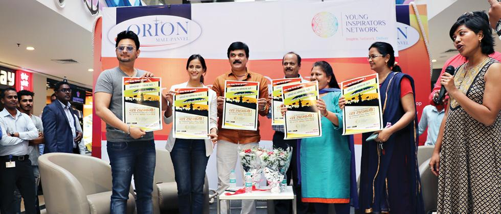 Swapnil Joshi, Rucha Inamdar, Ramdas Shewale, Mangesh Parulekar, Sangeeta Vispute and Sangita Hyuriwal launch YIN's Kon Honar Mukhyamantri (Who will be chief minister) poster at an event in Orion Mall in Panvel.