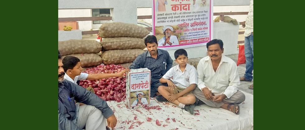Baramati farmer chooses to give onions for free