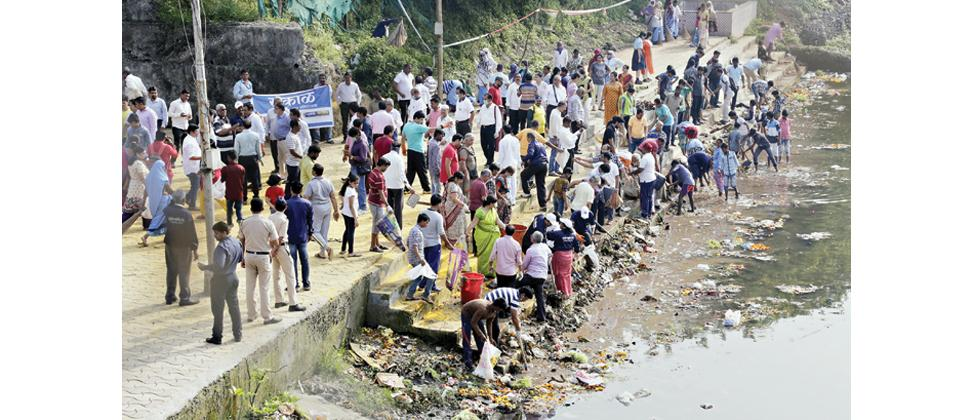Participants clean Pavana Ghat in Chinchwad during the drive on Monday.