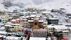 Badrinath: The holy shrine of Badrinath received moderate snowfall in Uttarakhand on Saturday. The portals of Badrinath are scheduled to be closed.