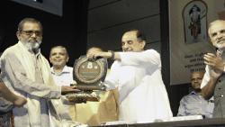 Rajya Sabha member and BJP leader Subramaniam Swamy presenting the 'Devarshi Narad Patrakarita Gaurav Award' to Bhau Torsekar at Fergusson College on Monday.