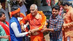 Social activist Swami Agnivesh after he was allegedly assaulted by Bharatiya Janata Yuva Morcha (BJYM) workers, during his visit to Pakur on Tuesday.